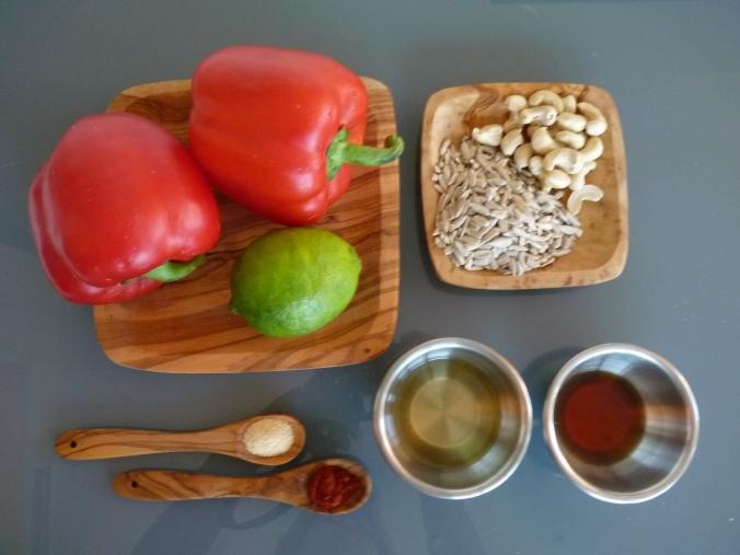 2 große Paprika oder 3 kleine, ca. 50g Cashew, 40-50g Sonenblumenkerne gemahlen, 2 Eß. Öl, 2Eß. Apfleessig, 1 Spritzer Limone, 1 Teel. Knobisalz oder Salz und Knoblauch, 1 Teel. geräuchertes Paprikapulver oder nur Paprikapulver,