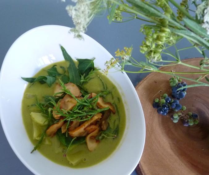 Suppe aus frischen Erbsen mit rohem Seespinat, rohem Seespargel und gedünstetem Lobsterpilz
