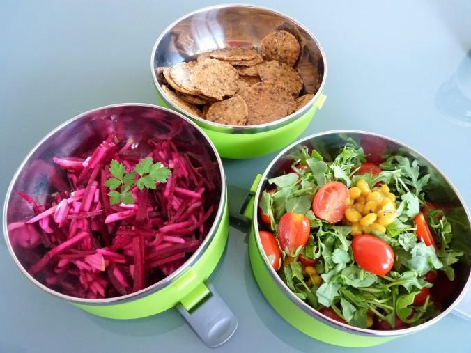 glutenfreie Kräcker, rote Beete Apfel Salat und Bohnen mit Tomate und Rucola