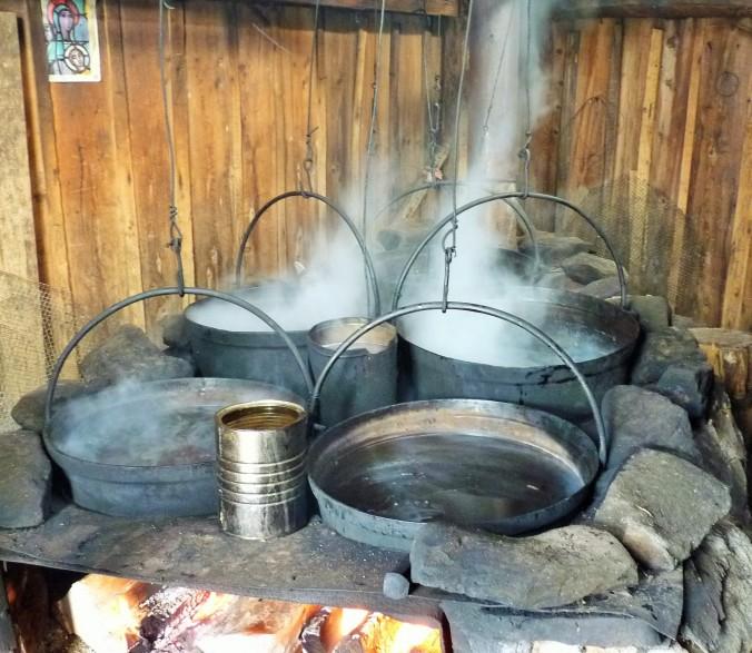 traditionelles Einkochen des Ahornsaftes bis zum Sirup. Dieser Ahornsirup schmeckt etwas geräuchert