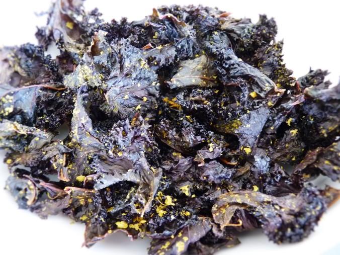 Blau-Grünkohl mit Hefeflocken, Salz, Öl , Zitrone und Ahornsirup