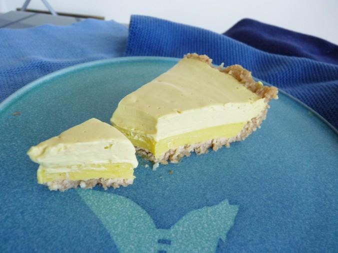 Zitronentarte mit einer gelierten Zitronen-Irish Moss Masse und einer Zitronen Cashew Masse, der Boden ist aus Macadamia und Dattelmus