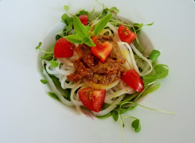roh vegane Salsa Finta und Daikon Spaghetti