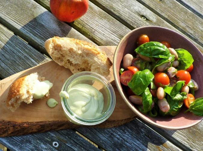 vegane Mayo mit Bohnen-Tomaten-Basilikum Salat