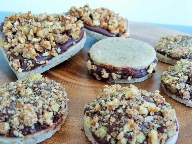 rohe Kekse mit Schoko und Crunch