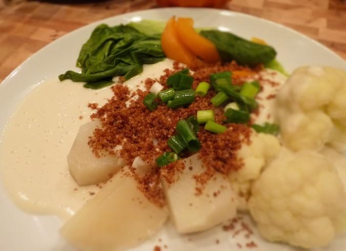 gedünstetes Gemüse, weiße Soße und in Öl gebratene Brotkrümmel
